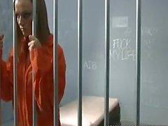 La prison de du MILF cacher quelque chose dans sa fente