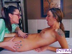 Intime Lesben Kat und Sophia Massagen und Pussy lecken