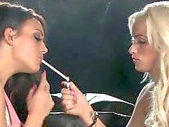 Lésbicas de fumo beijo no sofá preto da de 120