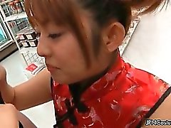 Linda de la muchacha de Cosplay Japanese chupando la polla