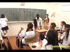 Jav Idol Schoolgirls baisée par les hommes masqués dans la salle de classe