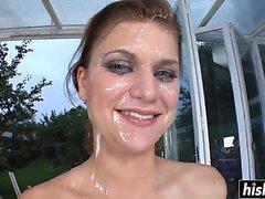 Gesicht voller Sperma für eine Schönheit