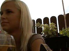 Sexy Blondine gestreckt durch großen Schwanz
