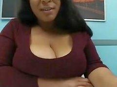 Big Titty Ebenholz Jiggling Boobs in Office