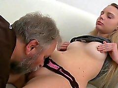 Adorable junge Schatz genießt hinteren Fick mit alte Junge