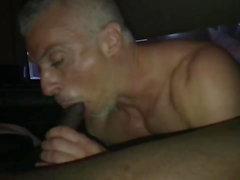 blanco papá muscular perdida durante la noche