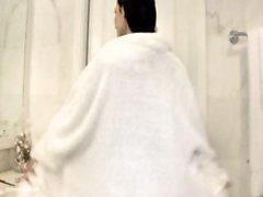 Gros seins brune super bonne de Denise Milani a est moitié nue et posing