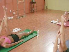 Сексуальные женщины горячей занятия йогой во время голой