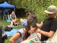 Orgie extérieure ouverte en la Garden Party
