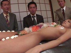 İş erkekler çıplak kızın vücut dışına suşi yemek
