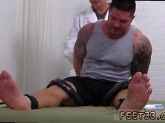 Голый веселые мужчины которые оближешь пальцев ног и высасывают ноги и подростков мальчиков ноги