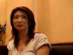 Atraente senhora japonesa traz sua fantasia com dois caras t