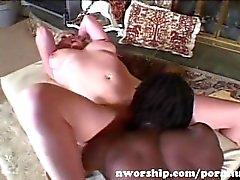 chienne hot blonde à gros nichons vers le sexe interracial à un grand coq noir