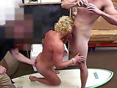 Blondes sportliche guy erwischt den Ball enge Rosette fickte