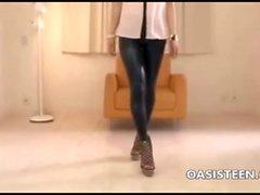 Азиатская девушка йогой узких брюках