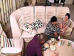 Luscious Oriental Hausfrau gefällt ihr hungrig Pussy mit h