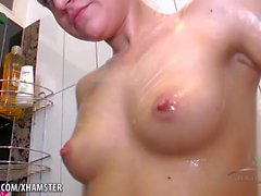 Mila enjabona su coño en la ducha