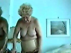 La grasa la abuela muestran a su viejo coño de coliflor en su dormitorio