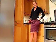 Blonde schoonheid in de keuken plagen harde