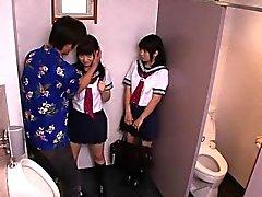 Uniformierte japanische Schulmädchen ficken Geck