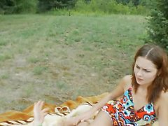 Morena adolescente mamada al aire libre