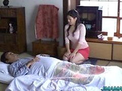 Asian maturi ottiene la figa ed il culo leccata prima battendo