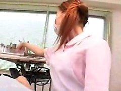 Masked Oriental babe trabalha suas mãos hábeis em cada centímetro