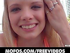 Vollbusige Blondine jugend Stella Banxxx sich in der Öffentlichkeit hob