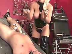 Busty госпожа чертовски в задницу SubS с фаллоимитатором