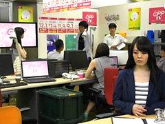Monsteri aasialainen boobs toimistossa