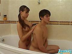 Японский совершеннолетие подросток ввинчивается в ваннах