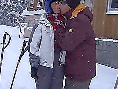 Brünett Teen Auer die ein fett Phallos in snow