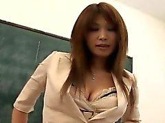 Ай Busty растирает пизду в классе