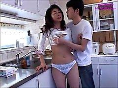 Japon anne Akaya, oğlu 1 (MrBonham) ile banyo yaptı.