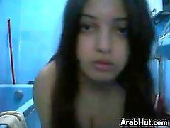 Netter Arabische Mädchen necken ihre Körper Zuhause