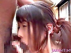 Petite japanische Schulmädchen bekommt eine cummouthful