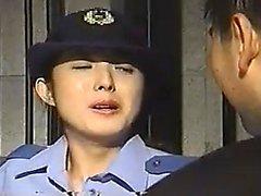 Beau policier Oriental se fait baiser par deux g