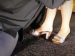 maestra adorando los pies en los cordones lamiendo las medias de los pies
