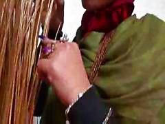Äldre pakistanska tik håller på huvudet klänning och knullas