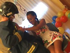 Ebony красоты празднует свой 18 день рождения, имеющие большой трах