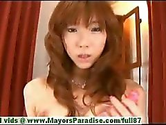 Serina Hayakaw onschuldige Chinees meisje is porren haar harige poesje met een dildo