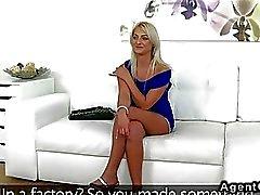 Schöne blonde Amateur- bangs Agenten auf der Couch
