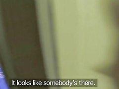 Fake Cop Fille de bureau Leggy baise policiers dans un ascenseur