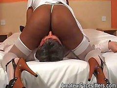 Длинный Nippled черную женщину facesits старику