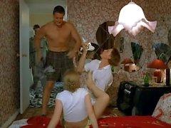 tre de ryska pojkar deflower gråtande flickan