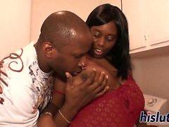 La grande femme noire a sa chatte forée