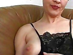 Amateur maman gangbang avec de nombreuses bites et des soins du visage