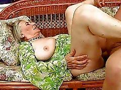 Bien vieille mamie obtient baisé dur