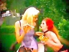 Cigarette joven que fuma Lésbico gustan de hacer en sus Lencería bondage del BDSM esclavo de dominación femenina dominación de