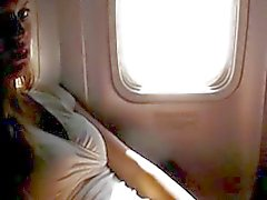 Cochonne se masturber amateur sur un avion